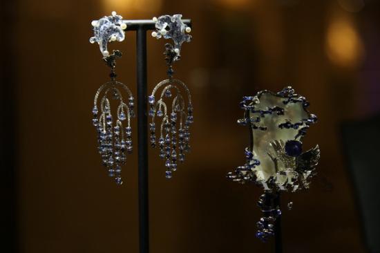 """这位出生于梨园世家的95后作为芭莎创刊以来采访的最年轻的珠宝设计师,不到二十岁时便创立了自己的珠宝设计师品牌Ciga Long Jewellery,成为Firenze Biennale佛罗伦萨双年展首位国际珠宝奖华人获得者。大学考入意大利""""佛罗伦萨珠宝设计学院""""潜心研究珠宝设计和欧洲珠宝史,随后进修北京大学珠宝鉴定专业。由于自幼接受家庭的熏陶和正统东方美学的沉浸,龙梓嘉先生的作品当中随处可见意蕴深厚的东方文化元素;而独属于""""95后""""的新潮而大胆的设计风格也被"""